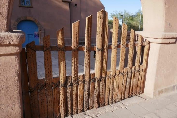 Le portail est lui aussi en bois de cactus