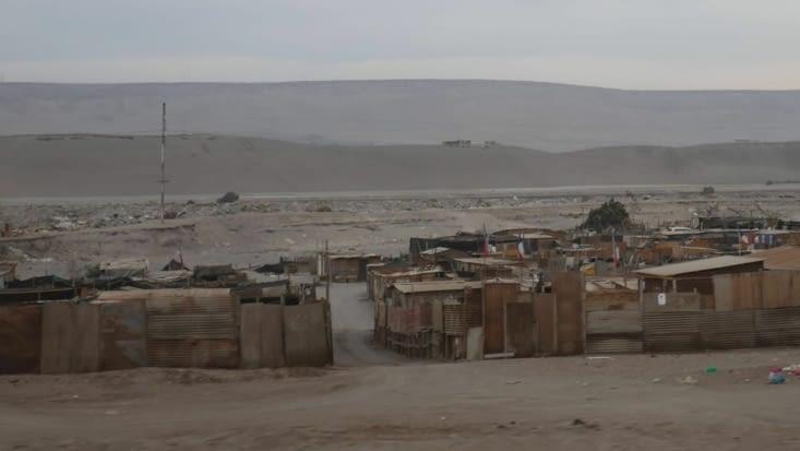 Des gens très démunis vivent aux abords dans des bidonvilles
