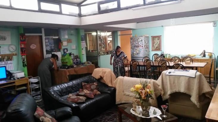 La salle à manger entourée de photos quelquefois de familles et quelquefois d'amis...