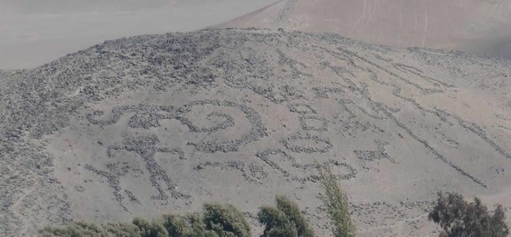 Les géoglyphes: des pierres sont disposées sur d'immenses dunes pour créer des motifs