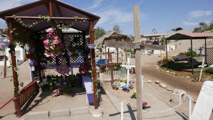 Des bancs sont souvent installés près des tombes
