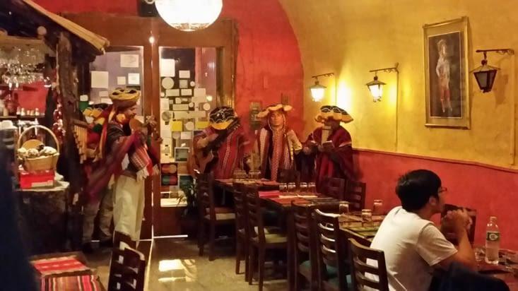 Un groupe joue quelques morceaux lors de notre premier repas au Pérou