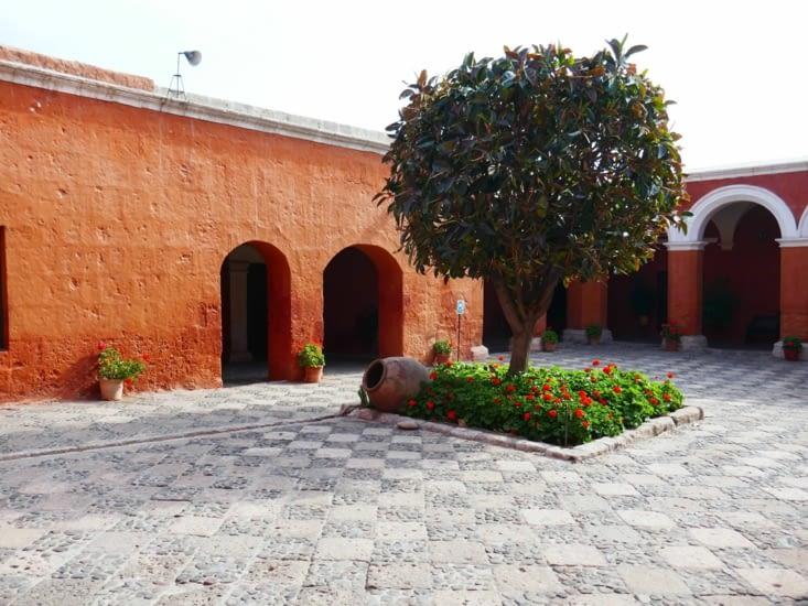 Les couleurs des murs sont chatoyantes avec de belles petites places