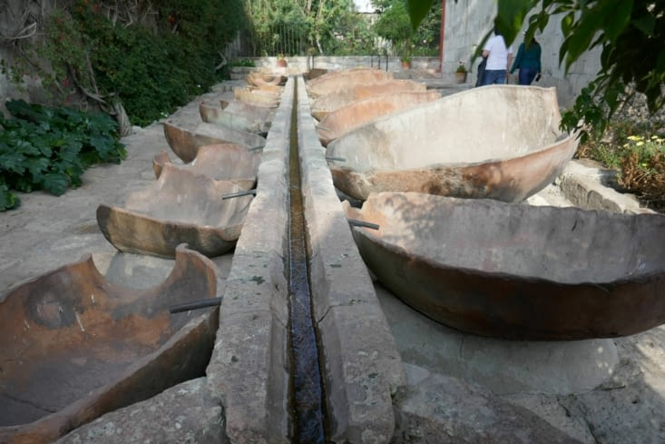 Un système de distribution d'eau permet de remplir les bacs à lessive