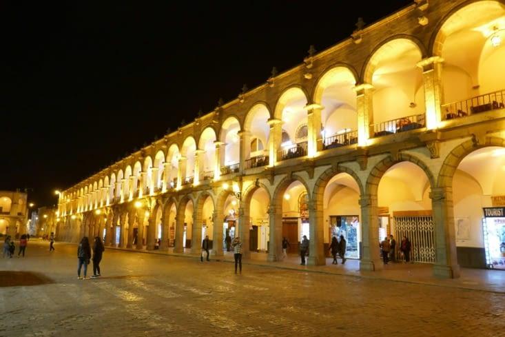 La place est entourée de belles arcades à double niveaux