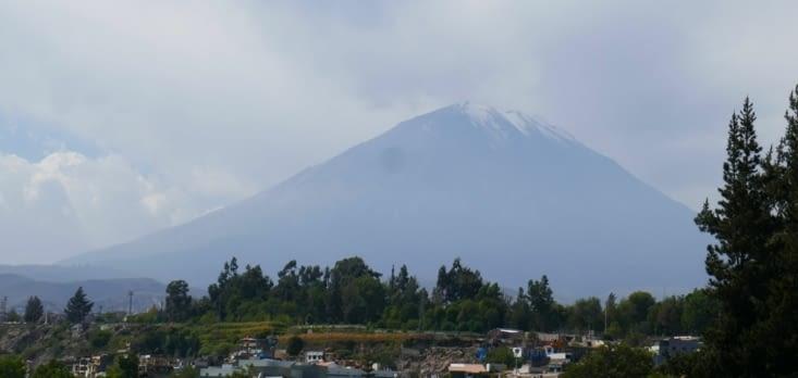 Le volcan Misti (5800 m) veille sur la ville