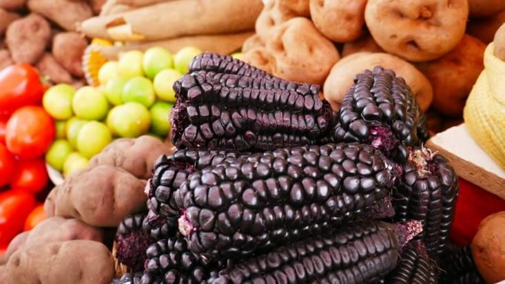 Aux stands légumes, on trouve du maïs noir ...!
