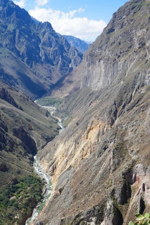 Nous nous rapprochons de la rivière et le Canyon se révèle sous un angle de vue différent