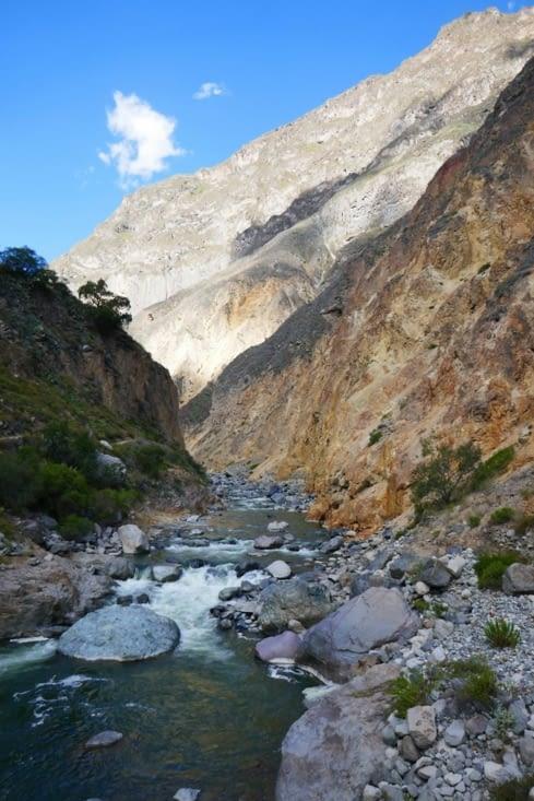 Enfin la rivière où nous nous trempons les pieds dans une eau glaciale mais réparatrice