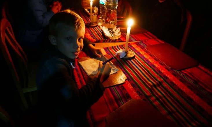 Et oui pas d'électricité ici: les devoirs, le repas et la soirée se font à la bougie !
