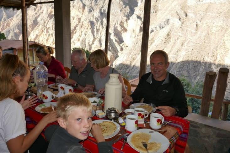 Le lendemain, bon petit déjeuner aux pancakes, face à  la montagne