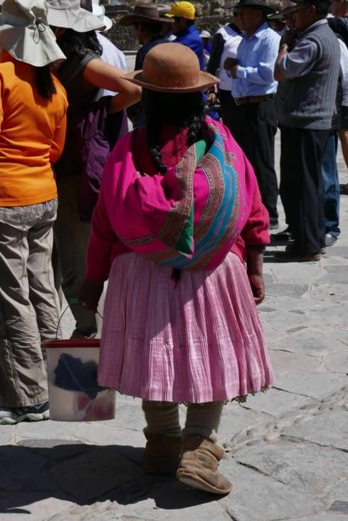 Une bonne Bolivienne porte toujours quelque chose sur son dos !
