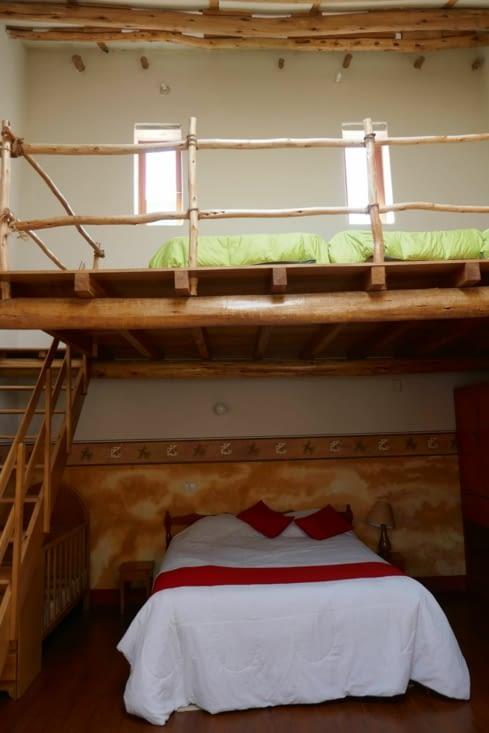 Notre chambre avec les 3 lits de Maël en mezzanine