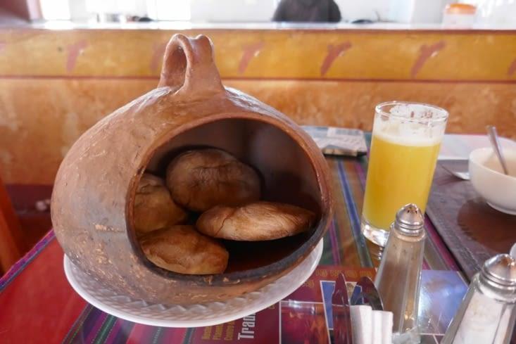 Au petit déj, le pain est maintenu au chaud dans un récipient de terre cuite chaud