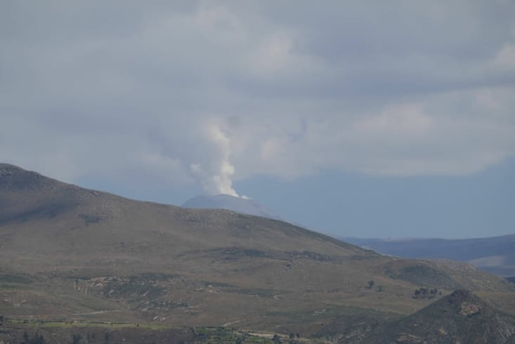 Le volcan tout près fume