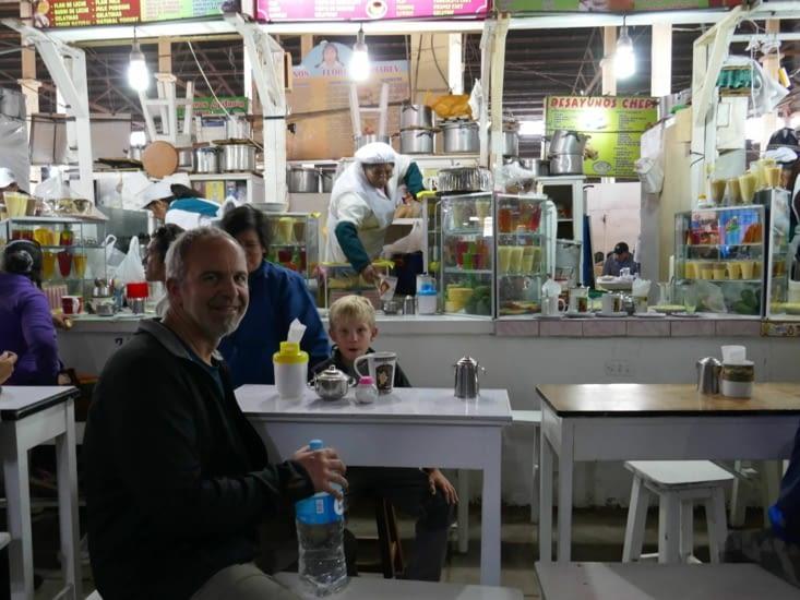 Petit déjeuner dans le marché de San Pedro (plus local , tu ne peux pas )
