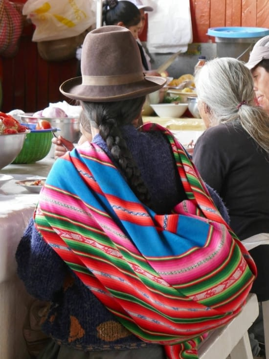 Chapeau en feutre, tresses et toile sur le dos avec un enfant ou toutes sortes d'objets