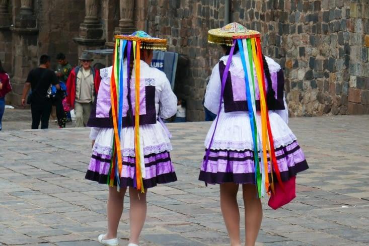 Sympas,  ces costumes d'écolières...