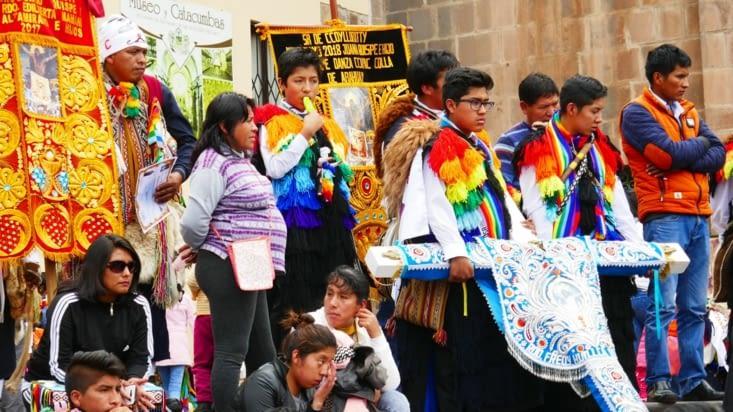 Beaucoup de groupes en costumes sont présents et de tout âge