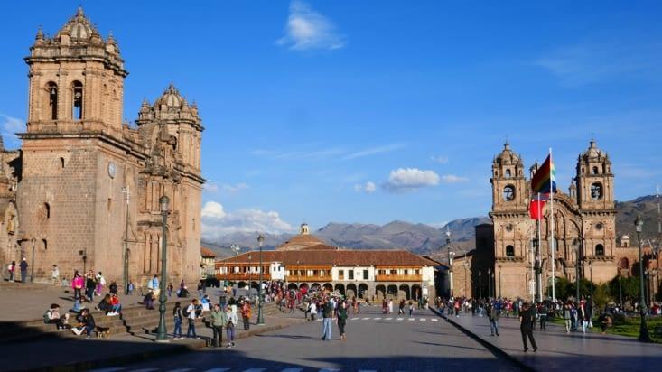 L'imposante cathédrale se trouve à gauche et comprend 3 bâtiments communiquant entre eux.