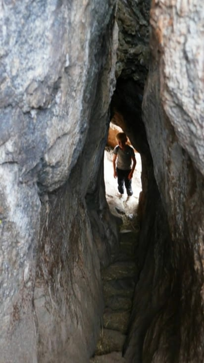 Nous traversons même un tunnel construit dans la roche