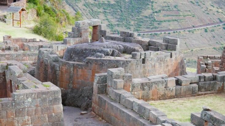 Le temple du soleil avec la pierre centrale servant certainement aux sacrifices