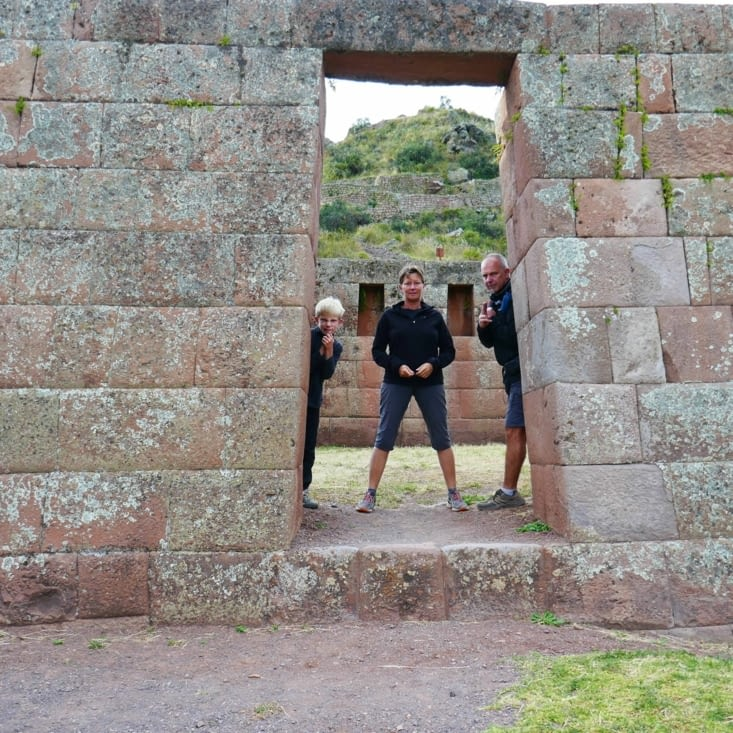 Protection rapprochée dans les ruines