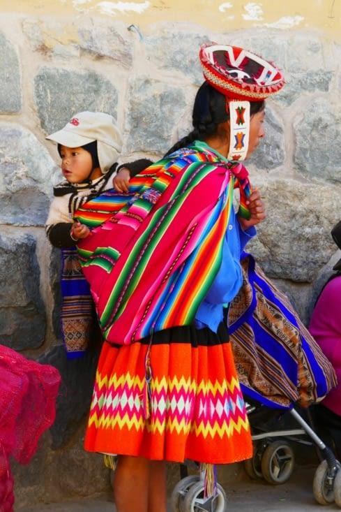 Les jeunes enfants passent beaucoup de temps enveloppés sur le dos de leur mère