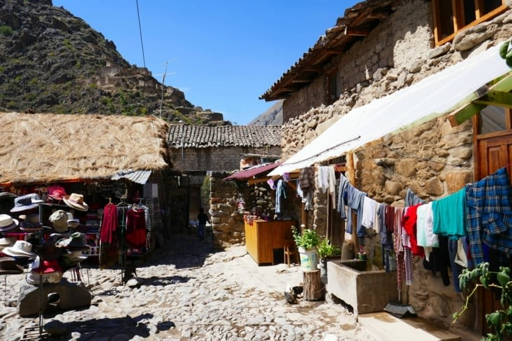 Beaucoup de vente d'artisanat local car Ollantaytambo est un lieu très touristique