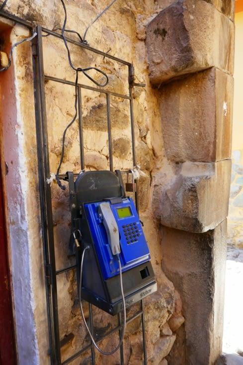 Il subsiste d'antiques cabines téléphoniques incas.