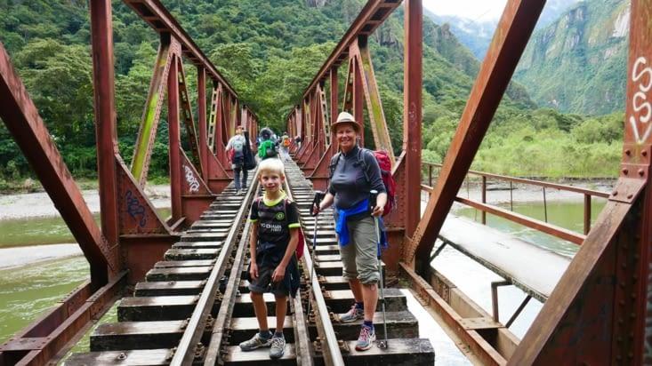 Mon Viking et ma Panthère se lancent dans la traversée de la rivière sur le pont du train
