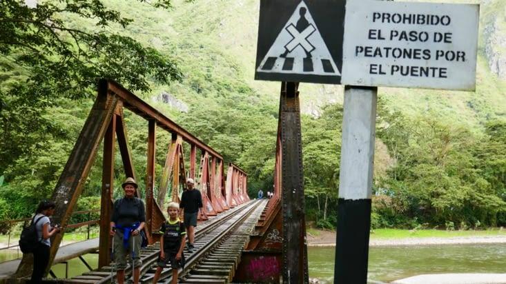 Mais que vois-je ?  C'est interdit de traverser sur la voie de train ?