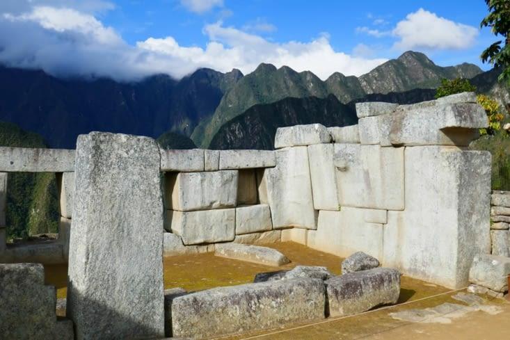 On voit des agencements de pierres polygonales: non rectangulaires avec jusqu'à 32 côtés !