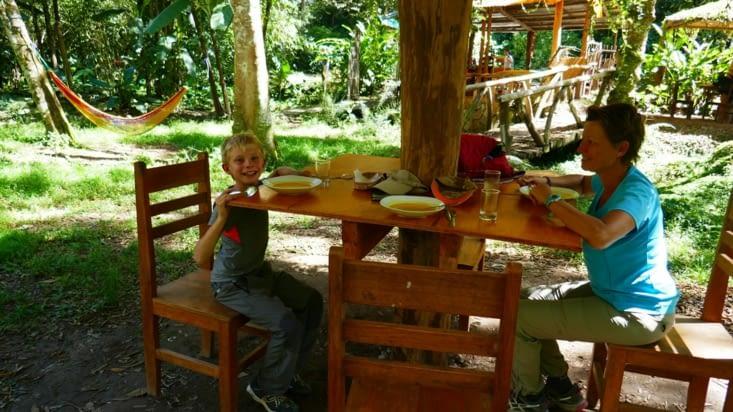Un restaurant le long de la voie ferrée: le menuisier a fait des tables pour géants !