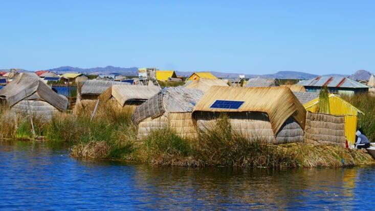Voilà une des îles, tout est en roseau : le sol, les maisons, les barques....