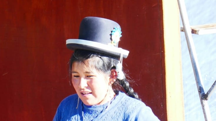 un mystère : comment le chapeau tient sur la tête ?