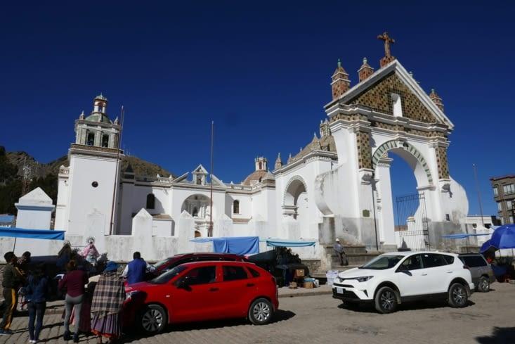 Une procession étonnante de voitures devant l'église ....