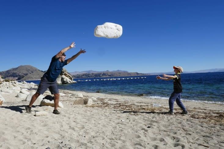 Les ASM (Agent Secret Militaire) reprennent l'entraînement: lancer de rocher ....