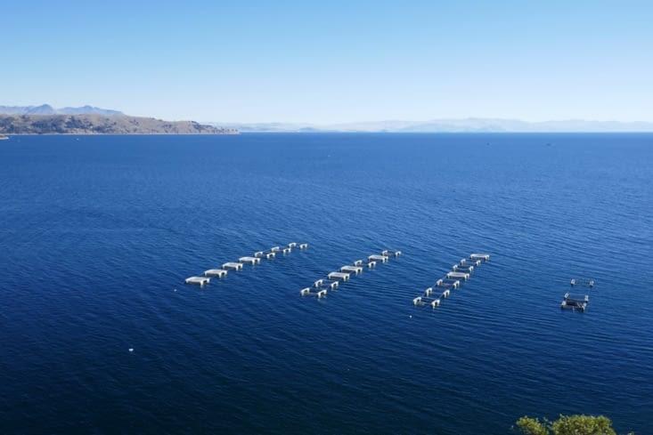 Le lac d'un bleu profond avec des bassins à truites