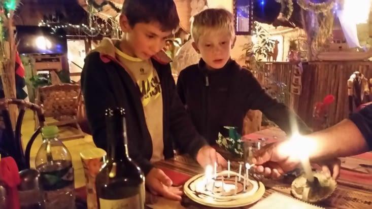 le restaurateur a préparé une grosse crèpe et Laétitia a mis les bougies