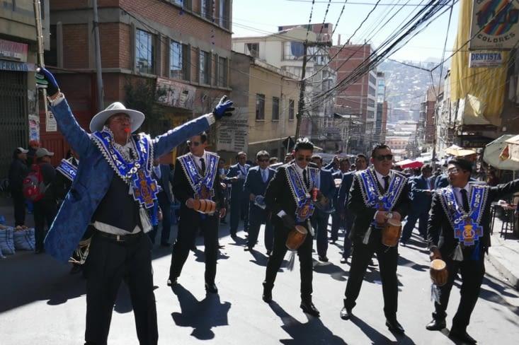 Le lendemain matin, une gigantesque procession a lieu toute la journée jusqu'à la nuit