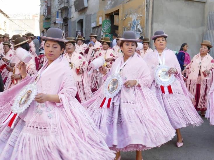 De retour à la procession: Ça danse, ça danse...