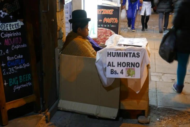 Une des innombrables vendeuses de rue dans son magasin en carton