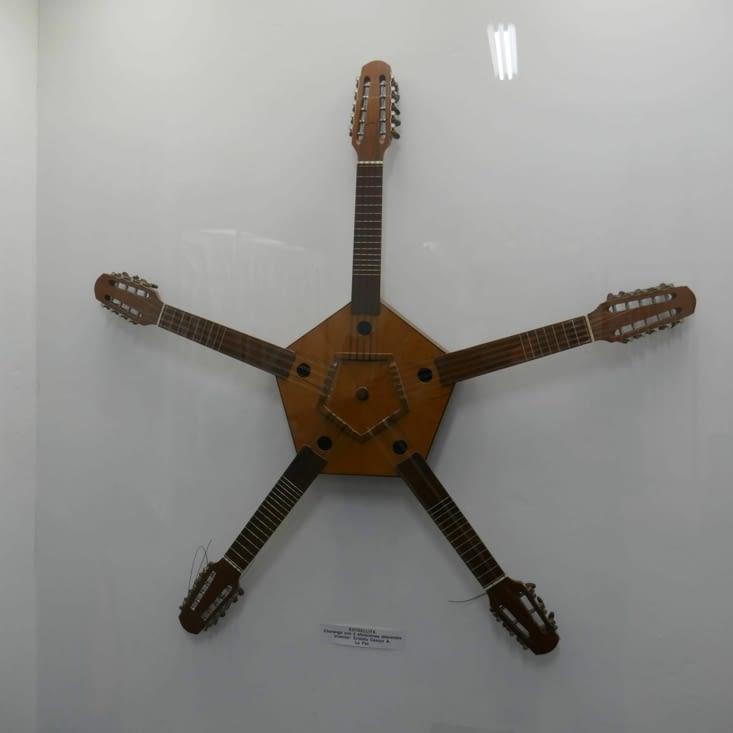 Pas facile à utiliser cette guitare ! ...