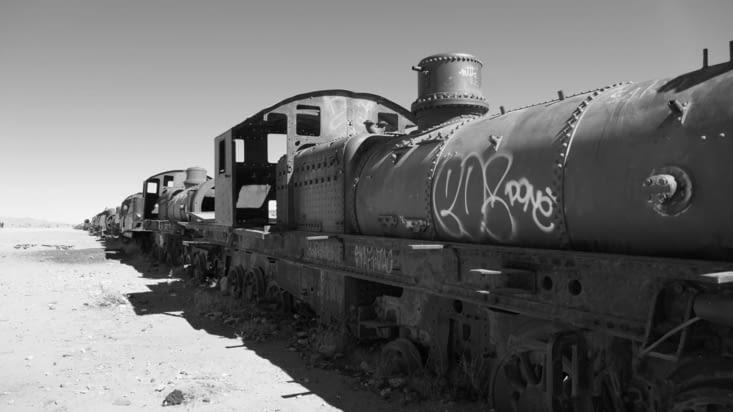Tout un  tas de locomotives rouillent en plein désert