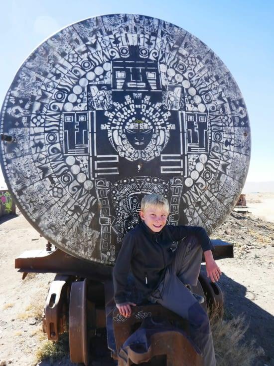 Maël devant d'antiques inscriptions (quechua ?)