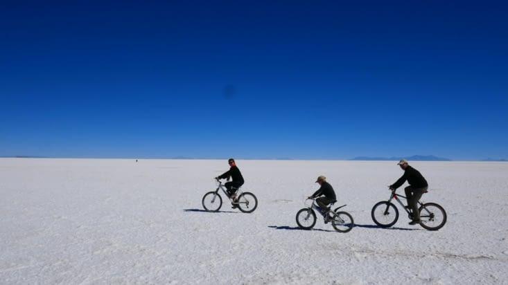 C'est parti pour 1 heure de bicyclette en plein désert de sel:  Extraordinaire ...