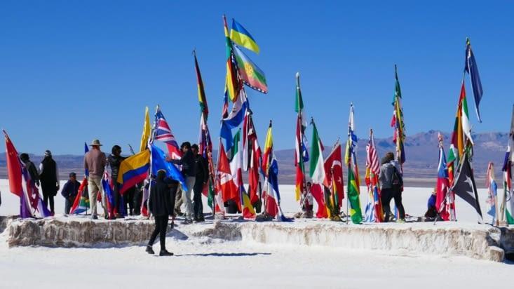 Les drapeaux des nationalités représentées au Paris-Dakar sont sur un îlot de sel
