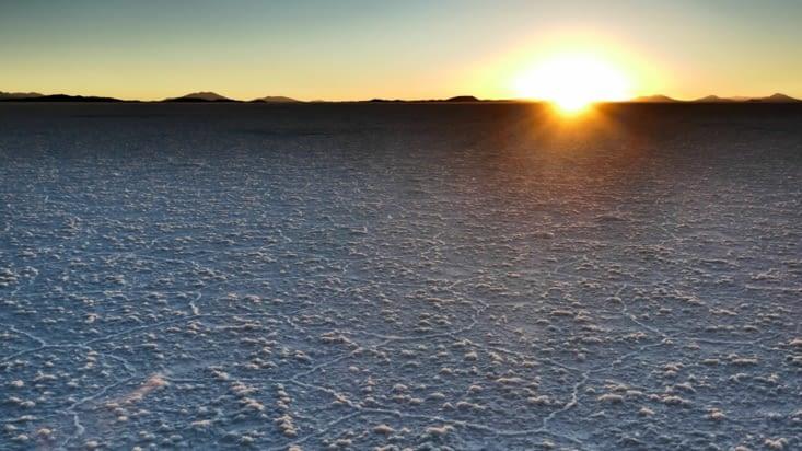 Le désert se révèle sous des aspects bien différents: est-ce de la neige ou du sel ?