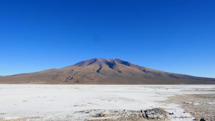 La route est bordée de volcans